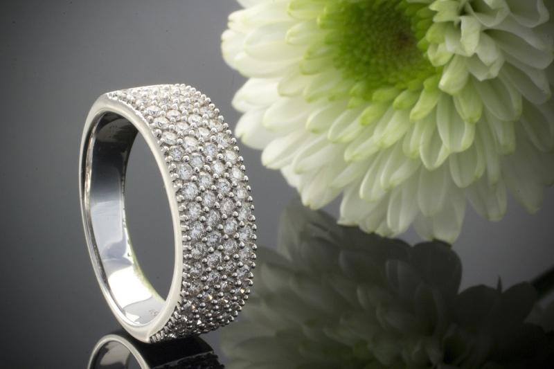 wei gold brillantring ring mit brillanten 0 83 ct in 750er gold 18 karat. Black Bedroom Furniture Sets. Home Design Ideas