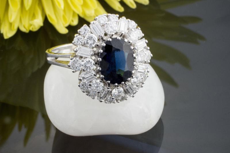 besonderer saphir ring mit brillanten mit baguette diamanten in 750er weissgold. Black Bedroom Furniture Sets. Home Design Ideas