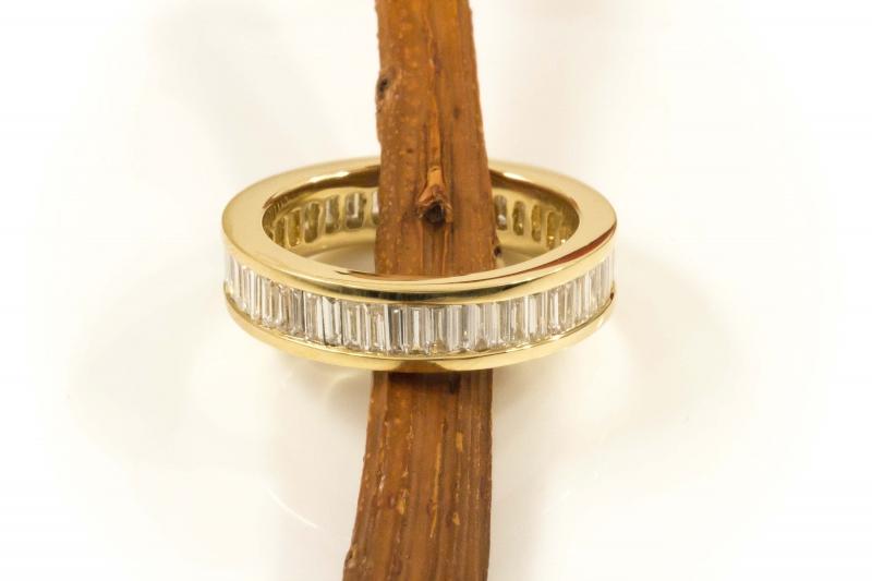 memoire baguette gold ring mit feurigen diamanten im baguette schliff. Black Bedroom Furniture Sets. Home Design Ideas